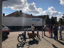 Vrachtwagen bij school